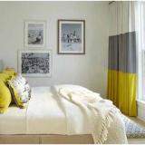 Amenajare cu alb in dormitor mic si perdele in dungi cu trei culori musar si gri si crem