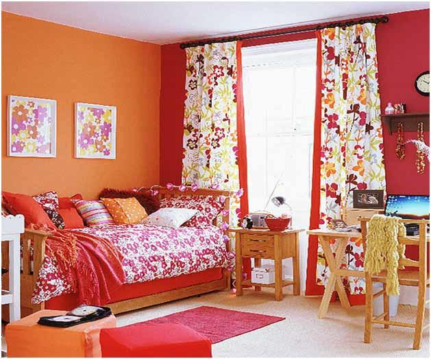 Dormitor amenajat foarte colorat cu perdele inflorate si peretii portocalii