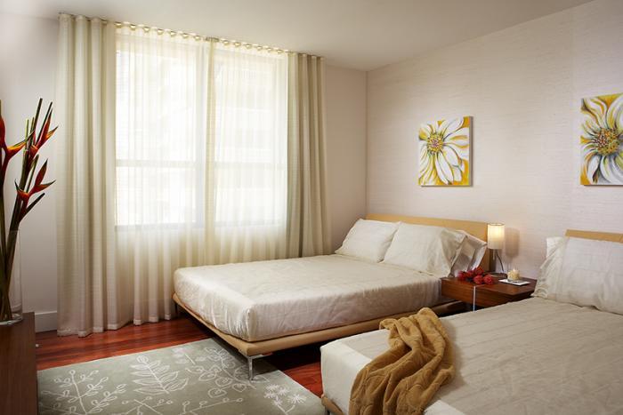 Dormitor cu doua paturi si perdea alba simpla din in