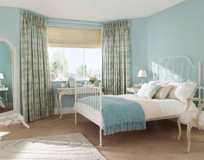 Dormitor cu mobila alba si perdea mata cu alb si bleu gri