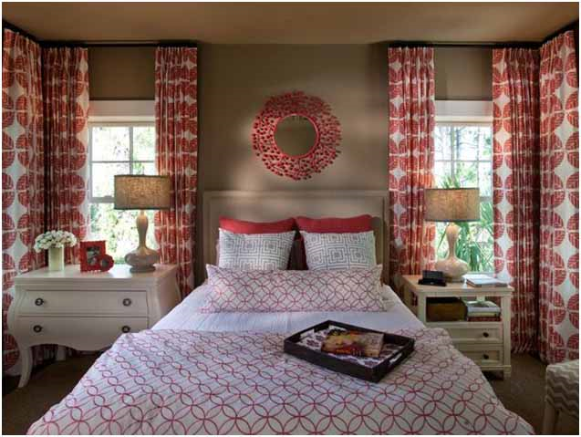 Dormitor cu pereti crem si perdele albe cu motive geometric rosu