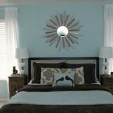 Dormitor zugravit cu bleu si perdele albe din voal semitransparent asortate cu jaluzele venetiene