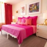 Interior modern de dormitor cu mobila alba si perdea din organza transparenta colorata si draperie groasa rosie