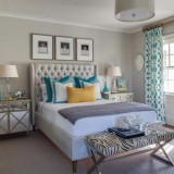 Perdele groase albe cu modele turcoaz in dormitor zugravit gri deschis