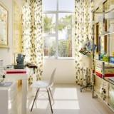 Camera de lucru ingusta si lunga cu mobilier alb si perdele opace din bumbac cu frunze gri si vernil