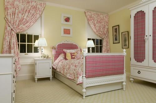 Camera pentru fetite amenajata cu crem roz si alb