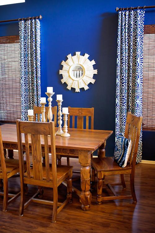 Dinning in stil mediteranean cu parchet si masa si scaune din lemn masiv si pereti albastru electrizant si perdele asortate