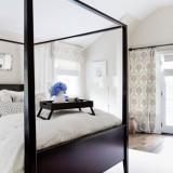 Dormitor cu mobila wenge si perdele albe cu crem