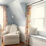 Idee de amenajare a unei camere de copil cu mobila alba si perdele albe cu flori colorate si vesele