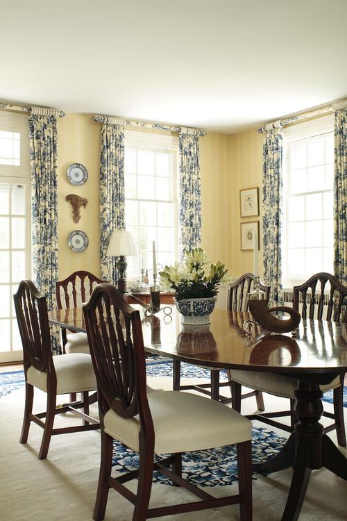 Loc pentru masa cu perdele cu flori albastre si covor si elemente decorative asortate