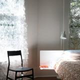 Perdea alba cu flori model din dantela pentru un dormitor stilat